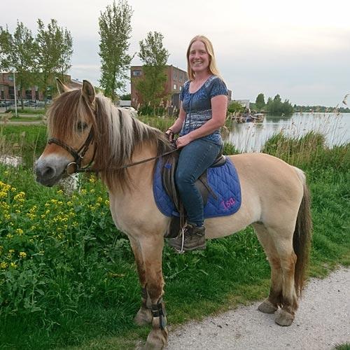 Bianca aan het paard rijden | Animal Home