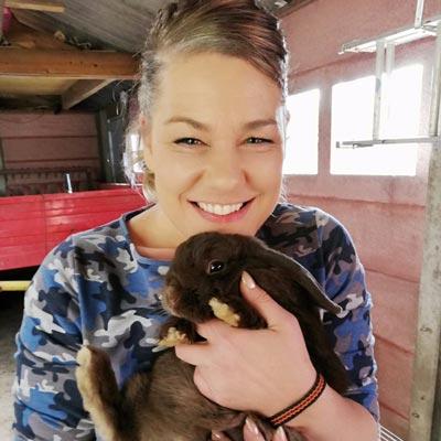 Vrijwilliger Gaby met haar konijn Wuppie   Animal Home